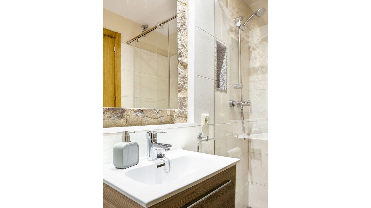41-lavabo-roure-apartament-santa-pau-2